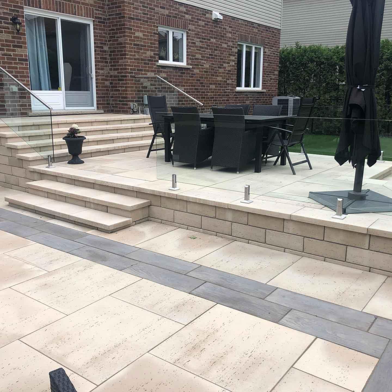 patio en pavé uni avec clôture en verre